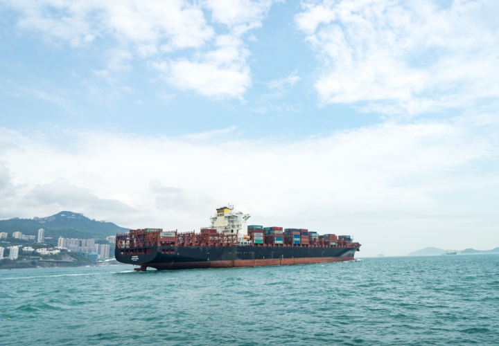 containershiff an der küste vor hong kong island
