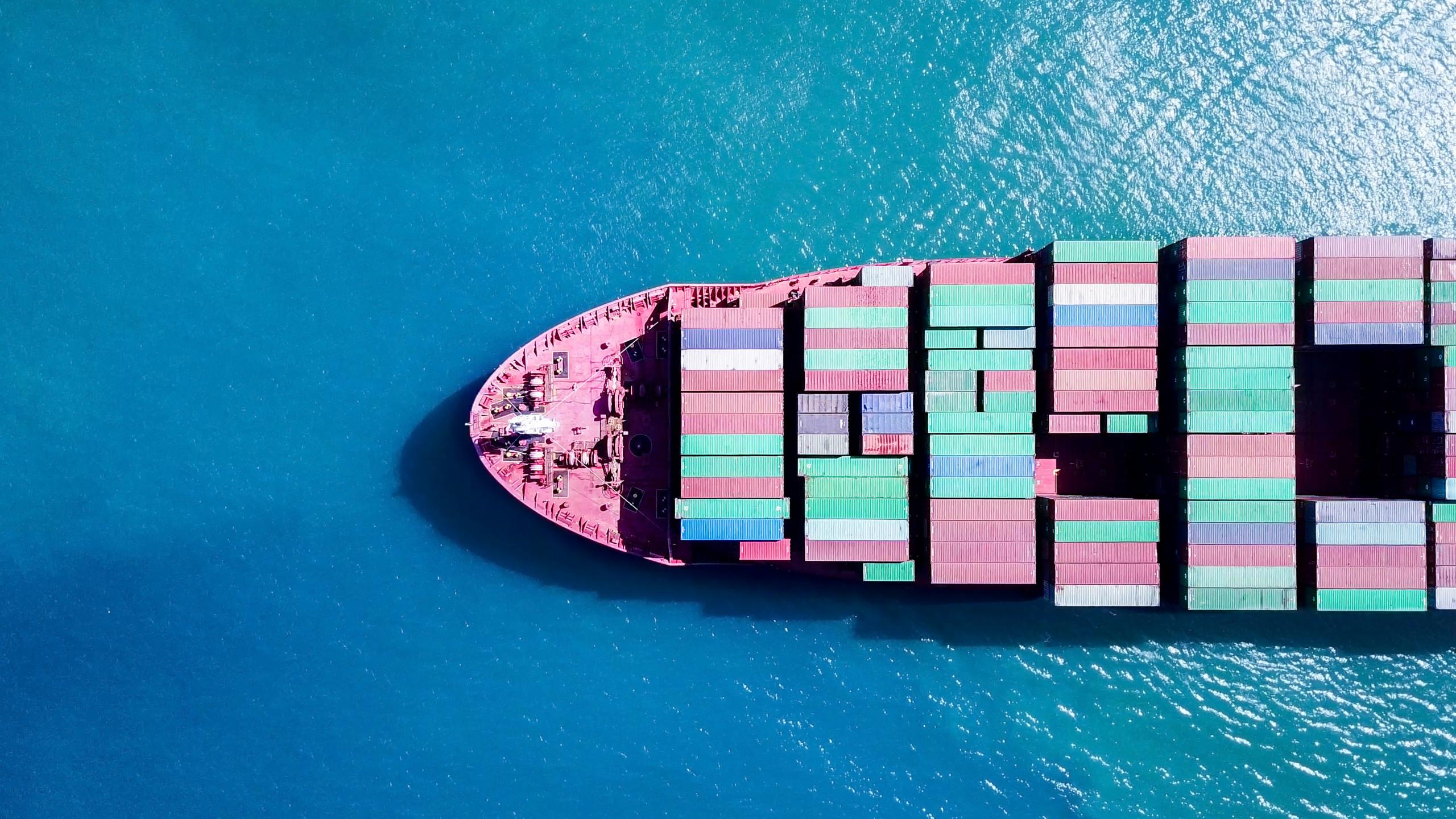 Containerschiff auf dem Weg nach Europa