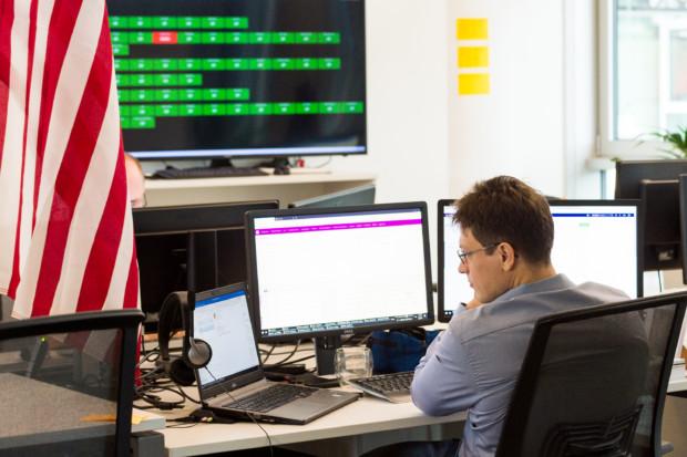 Software Engineer bei der Arbeit